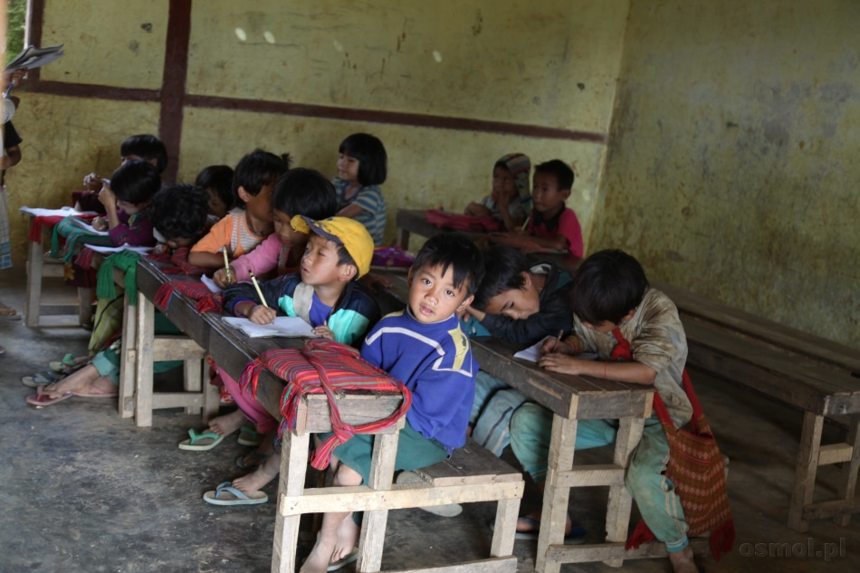 Szkoła w birmańskiej wiosce. I czy ktoś ma jeszcze czelność powiedzieć, że warunki w polskich szkołach są trudne i urągają wszelakim standardom? W dodatku w Birmie szkoły na wsi są płatne!