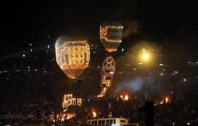 Festiwal Balonów w Birmie. Widoki cudowne, turystów tłum... tylko wszystkie środki masowego transportu porezerwowane. Zatem jechałem na dachu pick up'a