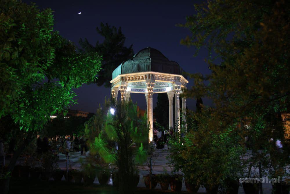 Grób Hafeza. Co roku do mauzoleum tego uwielbianego przez Irańczyków poety, przybywają tysiące turystów i miłośników poezji
