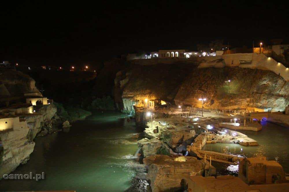 Nocą młyny są podświetlane. Idealnie widać je z pobliskiego mostu