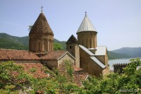 Twierdza Ananuri i górujące nad nią dachy cerkwi. Gruzja