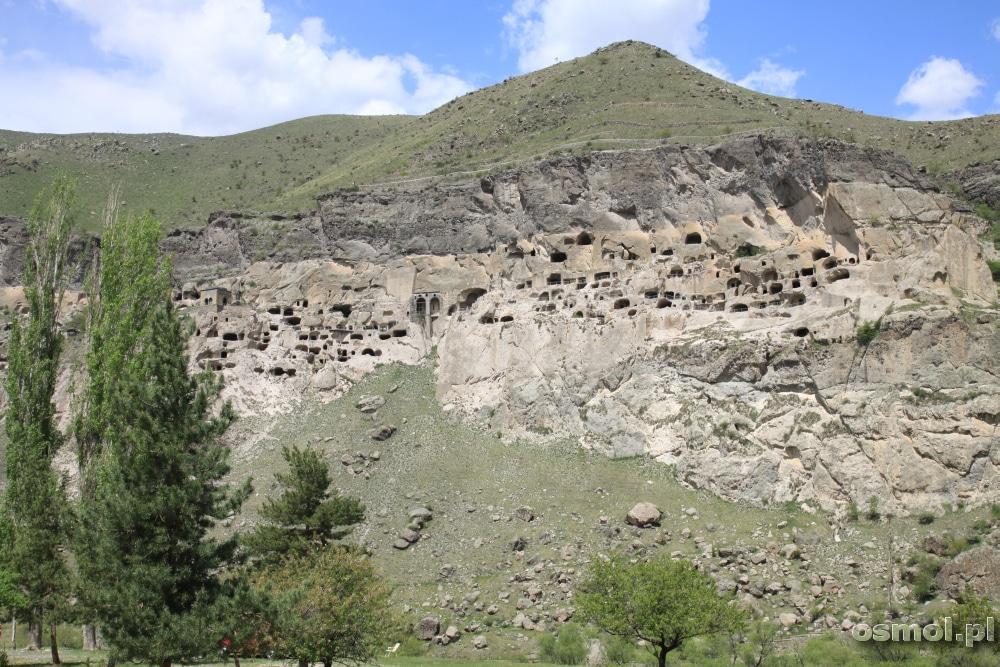Wardzia widziana z drugiego brzegu rzeki