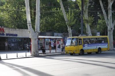 Wejścia do metra w Tbilisi to często betonowe bunkry