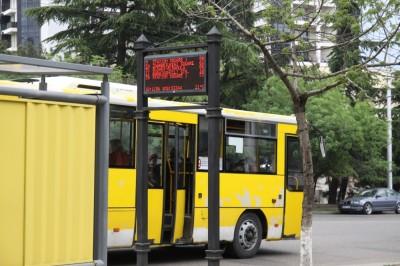 Wyswietlacz z rozkladem jazdy autobusów w Tbilisi