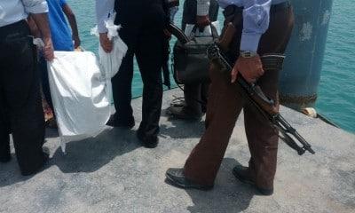 Worek pełen (chyba) pieniędzy konwojuje kilku uzbrojonych strażników