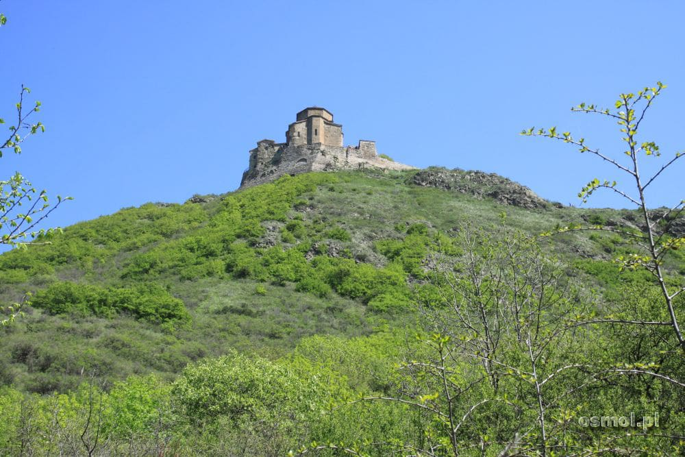 Klasztor Dżwari stoi na stronym wzgórzu, jednak da się tam dojechać samochodem