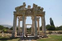 Aphrodysias Turcja. Odbudowane ruiny Tetrapylonu