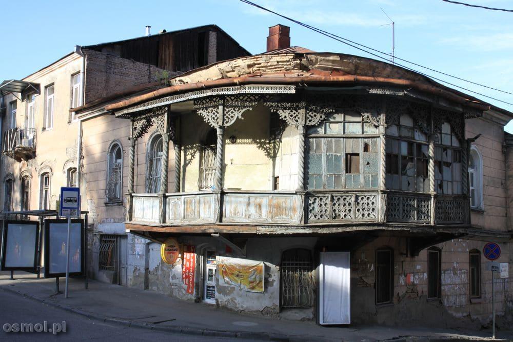 Tbilisi. Mnóstwo tu starych domów chylących się ku ziemi