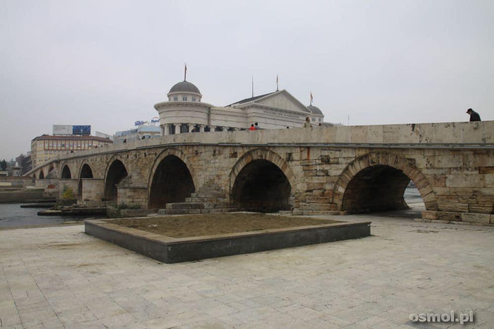 Skopje Macedonia Kamienny Most na rzece Wardar