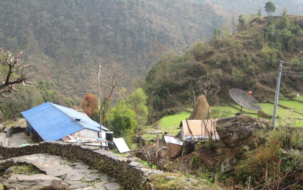 Himalaje czy nie, kontakt ze światem mieć trzeba. Kłopotliwe było pewnie tylko wnoszenie tu tej ogromnej anteny