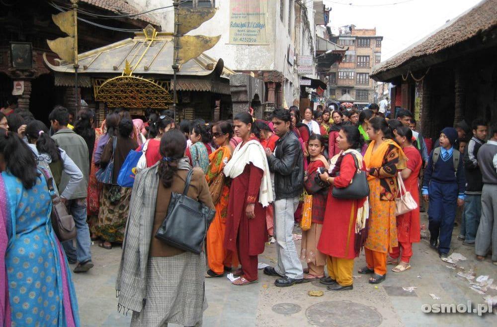 Katmandu - kobiety w kolejce do świątyni
