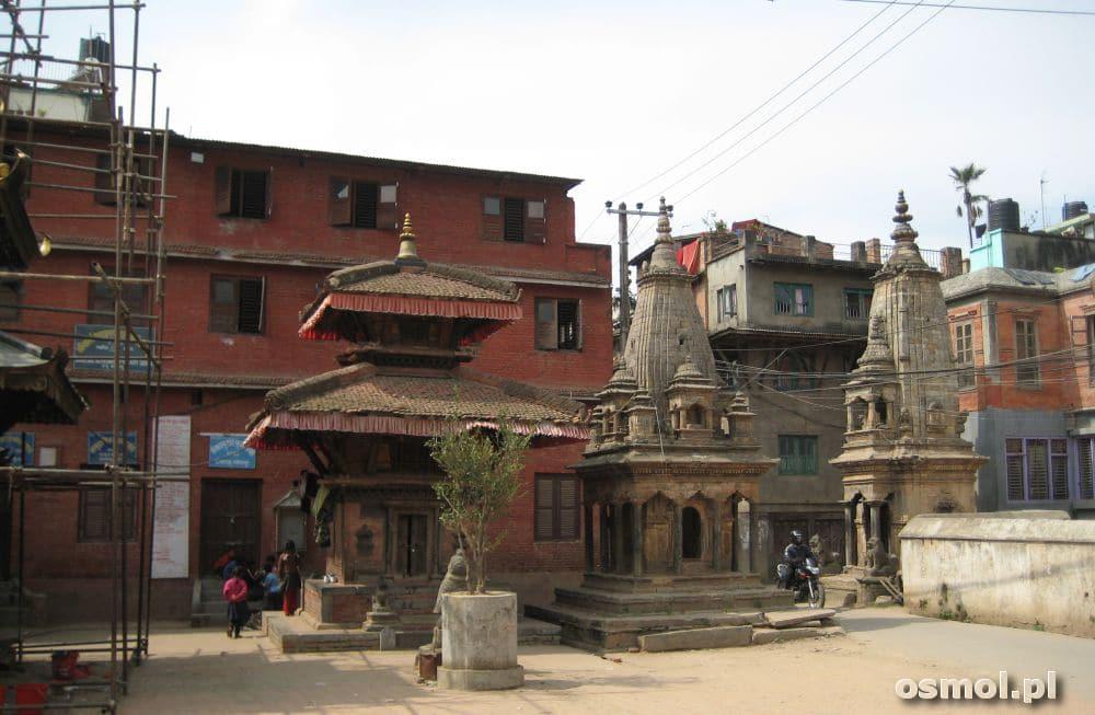 Patan w Nepalu. Świątynia w bocznych uliczkach miasta