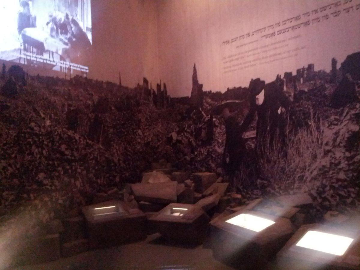 Zrujnowana Warszawa, która przeżyła dwa powstania. W getcie i powstanie warszawskie. Po wojnie pozostały tylko ruiny.