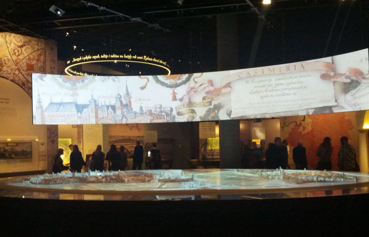 Żydzi osiedlają się w Polsce. Trwa średniowiecze. Król nadaje przywileje, szlachta się bogaci, Żydzi prowadzą karczmy, handlują. Żyją. Historia opowiadana jest przez multimedia i dotykowe ekrany, ryciny, wizualizacje.