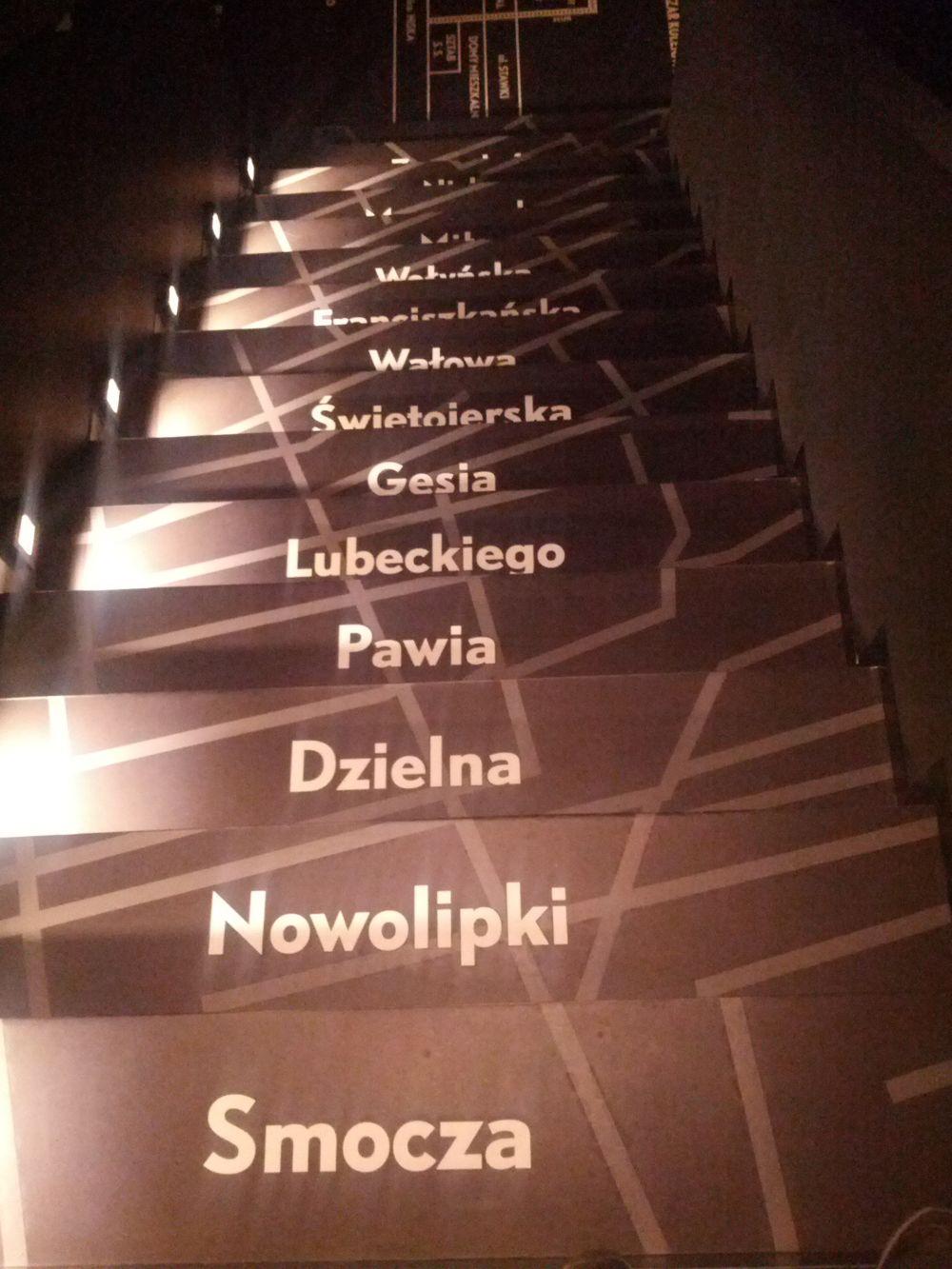 Schody w tej części muzeum Żydów, która dokumentuje Zagładę