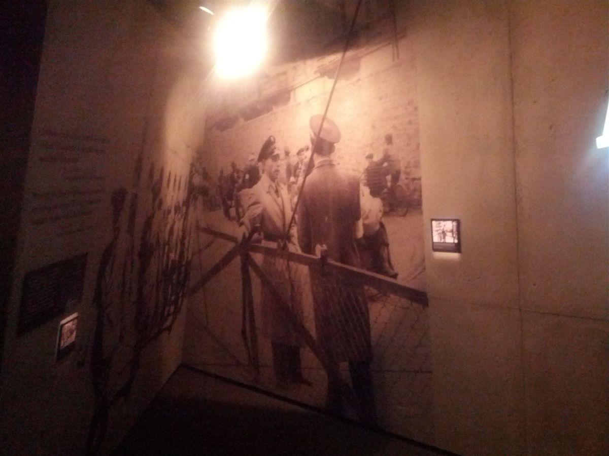 Na ścianach muzeum z licznych projektorów wyświetlana są historyczne zdjęcia