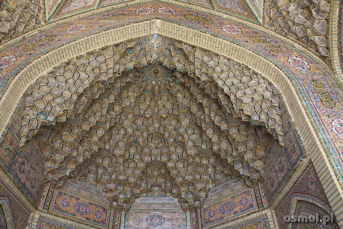 Wzory na jednym ze sklepień nad wejściem do Różowego Meczetu. Feeria nie tylko barw ale i kształtów.