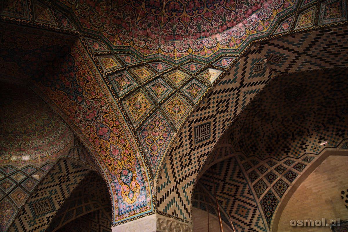 Wzory Różowego Meczetu w Shiraz przykuwają uwagę, hipnotyzują