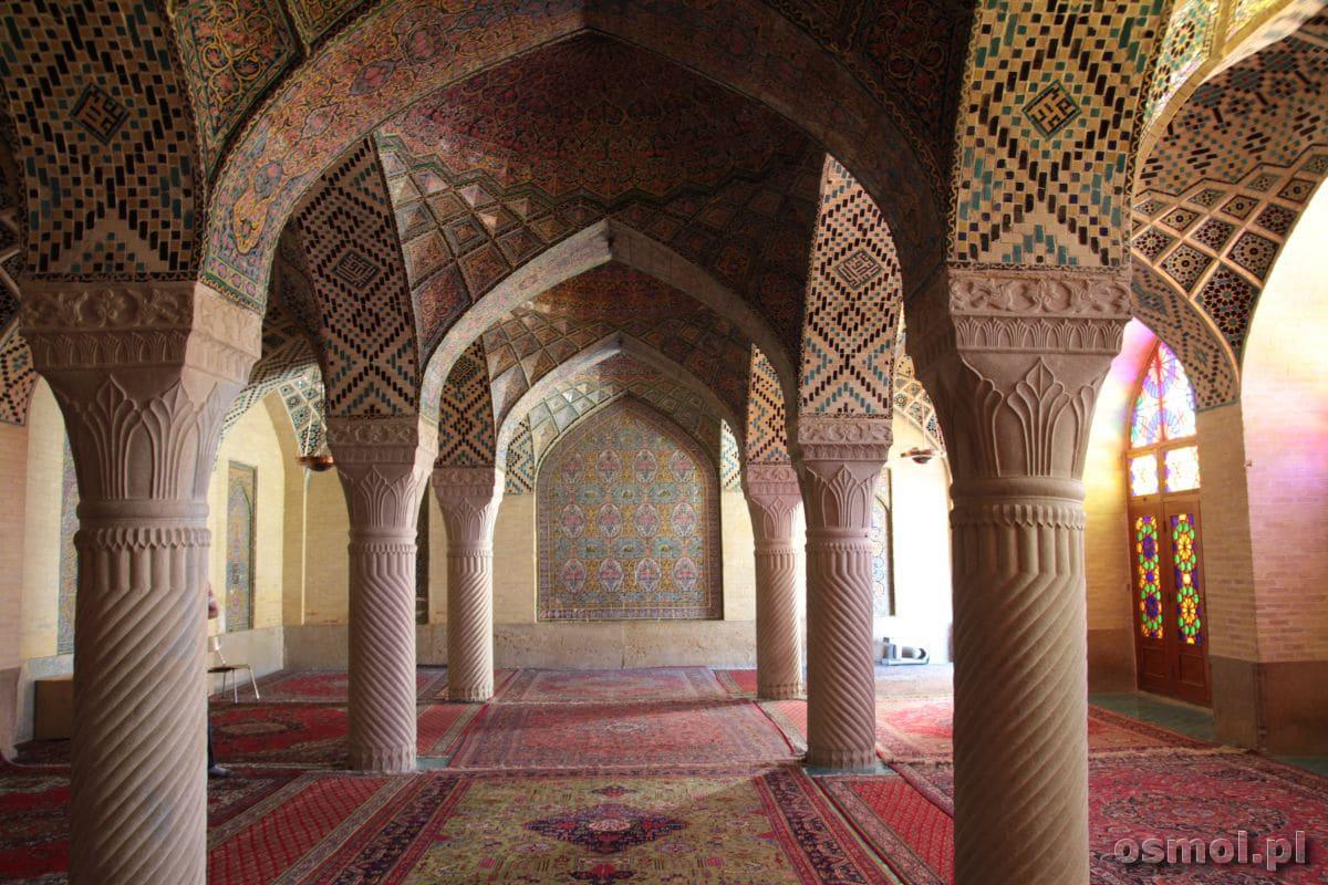 Wnętrze Różowego Meczetu w Shiraz. To jeden z najpiękniejszych meczetów w Iranie.