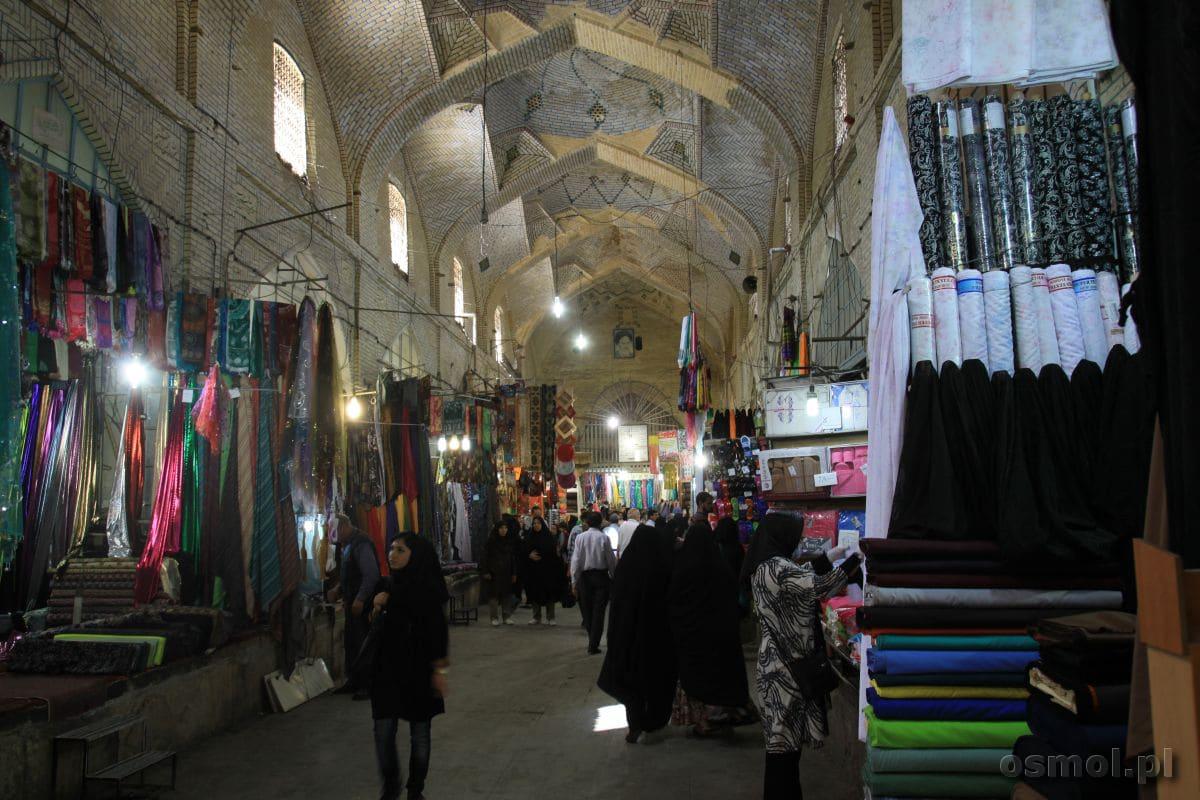 Bazar w Shiraz. Alejka z tekstyliami