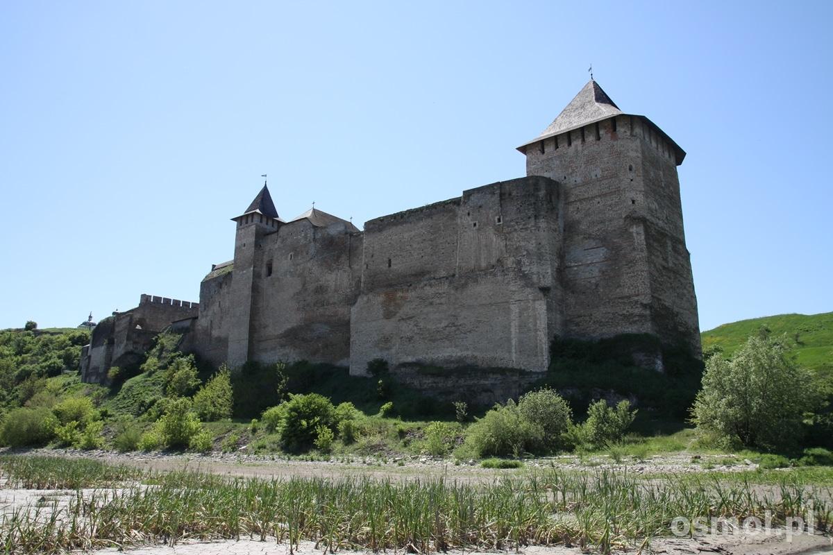 Warto obejść zamek dookoła i spojrzeć na niego od strony Dniestru. Wysokie mury zamkowe z tej perspektywy robią jeszcze większe wrażenie