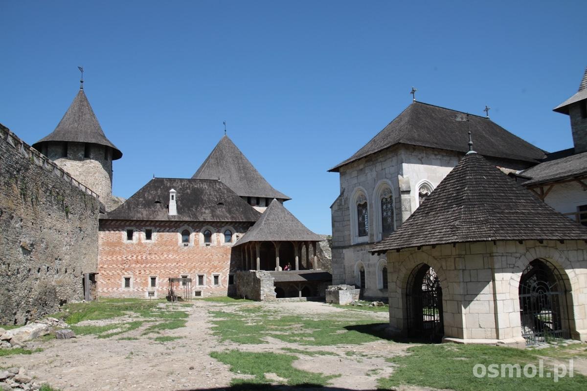 Dziedziniec zamku w Chocimiu. Podobno oryginalnie był on o wiele gęściej zabudowany, ale budynki nie przetrwały do naszych czasów