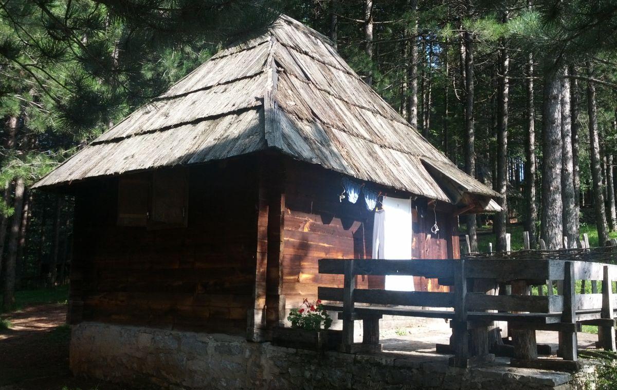 Sirogojno. Na gankach chałup w skansenie wciąż można zobaczyć suszące się tradycyjne ubrania czy obrusy.