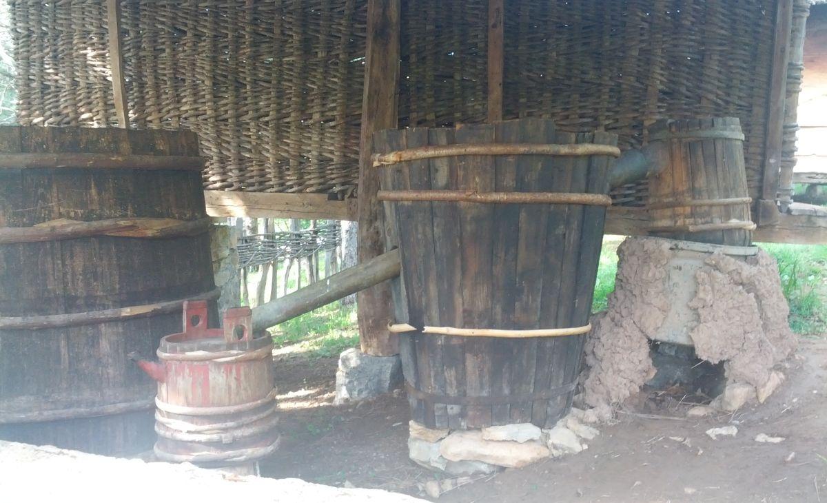 Aparatura do produkcji rakiji. Nektar bogów? A może to jednak ambrozja? To nieistotne, ważne, że tradycja pędzenia alkoholu wciąż przetrwała i legendarny mak wciąż jest dostępny :)