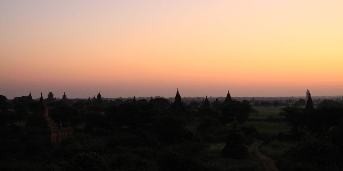 Świt nad Bagan w Birmie